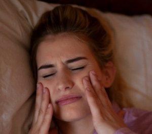Bei Craniomandibulärer Dysfunktion kann der Kiefer stark schmerzen.