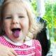 Kind mit belegter Zunge.